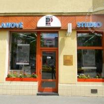 renovace podlah Praha 7 - vchod do prodejny